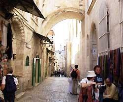 La Via Dolorosa de Jerusalén: por aquí pasó Jesús con la Cruz, camino del Calvario.