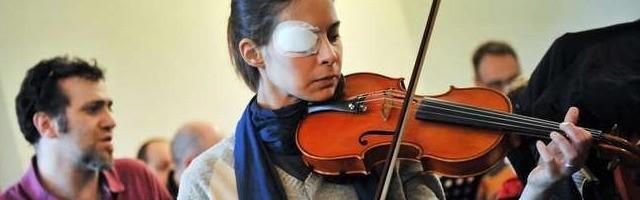 28759_chiara_corbella_con_su_violin___la_musica_la_ayudaba_en_su_oracion_ante_el_misterio_del_dolor_y_la_alegria
