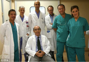 Dr Massimo y el equipo que ha llevado a cabo la operación pionera de trasplante de ambas manos.