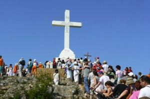 Las multitudes acuden a menudo al lugar santo de Medjugorje en busca de una curación milagrosa como la de Stephen.
